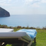 Tumbonas frente al mar en Can Simoneta en Mallorca: una postal/Deck chairs in front of the sea in Can Simoneta in Mallorca: a postcard