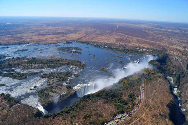 "Un vuelo sobre las Cataratas Victoria ""a lo Memorias de África""/An ""Out of Africa-style"" flight over Victoria Falls"