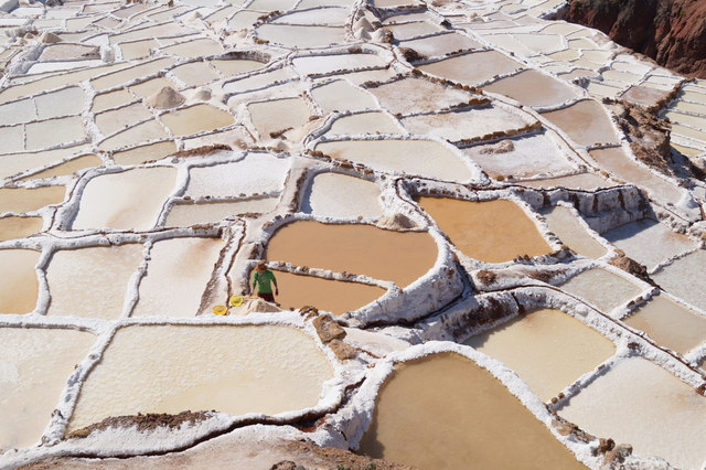 Las blancas piscinas de sal de Maras en Perú/The white salt pools of Maras in Peru