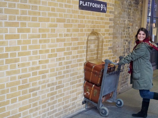 ¡Rápido, rápido! ¡Al andén 9 ¾ de King's Cross en Londres! ¡Que se va el tren a Hogwarts!/ Quick, quick! Let's go to Platform 9 ¾ at King's Cross in London! The train to Hogwarts is leaving!
